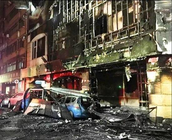 車禍發生時所燒毀的理容院。(記者蔡彰盛翻攝)