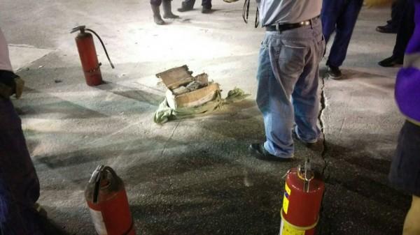 上星期桃園機場遠雄倉儲快遞倉發生鋰電池包裹自燃事件,所幸即時撲滅。(記者姚介修翻攝)