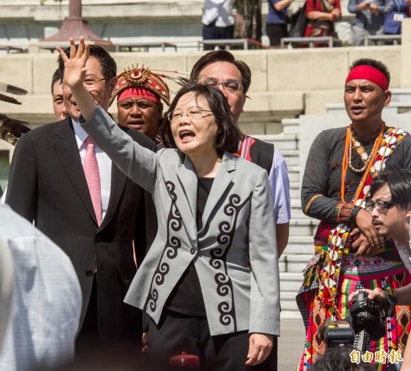 總統蔡英文今天(1日)將針對過去政權對待原住民族造成的傷害道歉,並在總統府門口迎接16族原住民代表進入府內,也走到廣場向抗議的民眾揮手致意。(記者黃耀徵攝)