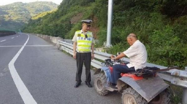 重慶高齡老翁,騎沙灘車在高速公路狂飆,詢問後才得知他只是想騎到隧道避暑,讓人無言以對。(圖擷取自華龍網)