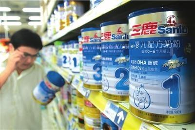中國2008年爆發三鹿集團三聚氰胺毒奶粉食安事件震驚中外。(圖擷自網路)