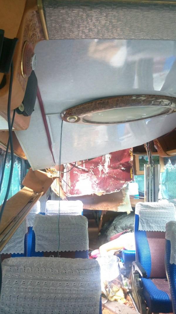 魯閣國家公園境內今天下午1時40分,位在台8線169.9公里處發生落石砸中遊覽車意外,造成1死3傷。(記者王峻祺翻攝)