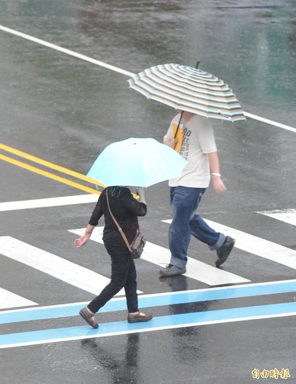 受妮妲颱風外圍環流影響,氣象局對屏東、台東地區及高雄山區發佈大雨特報,其中屏東山區有局部可能降大雨或豪雨。據氣象局資料,截至上午9時50分屏東縣泰武鄉累積雨量318毫米最多。高雄市區內則降下間歇性小雨。(記者黃志源攝)