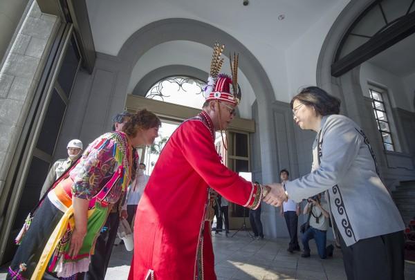 陳芳明認為,比起通過「不當黨產條例」,今日蔡英文向原住民正式道歉才是台灣歷史上值得大書特書的日子。(圖由總統府提供)
