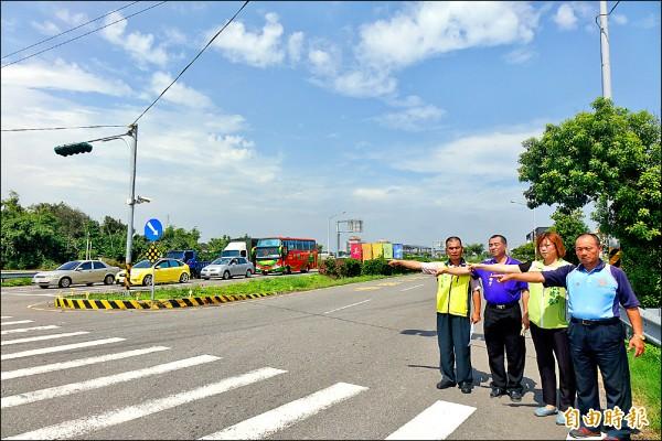 由於美港公路連續發生2起死亡車禍,縣議員尤瑞春(右二)等人建議把美港公路高架化。(記者劉曉欣攝)