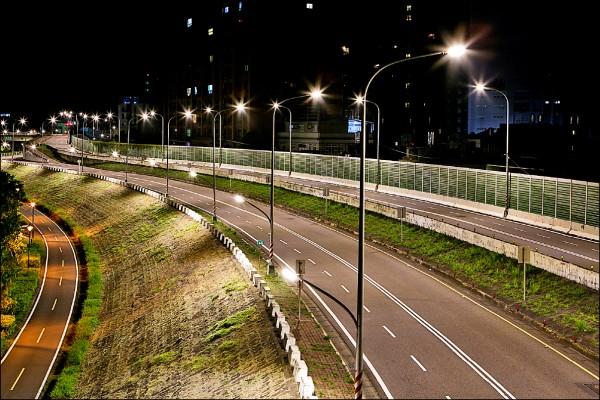 新北市將22萬盞傳統路燈更換為節能LED燈,提升道路照明與用路人安全,每年可節省1.1億元電費。圖為土城區擺接堡路換裝後。(養工處提供)