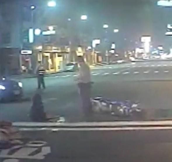 機車騎士(左)車禍倒地後送醫治療。(記者洪定宏翻攝)