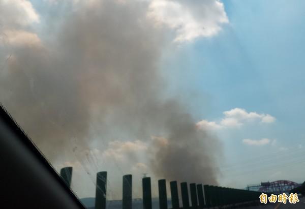 由於農民露天燒稻草,新竹縣台68線快速公路旁常見濃煙密佈,造成空氣污染,且影響行車安全。(記者廖雪茹攝)