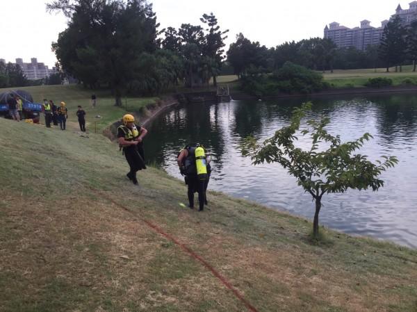 高爾夫球車落入滯洪池,消防員準備下水搜救。(記者黃捷翻攝)