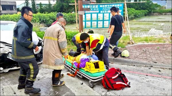 消防救護人員拉出賴女急救。 (南投消防局提供)