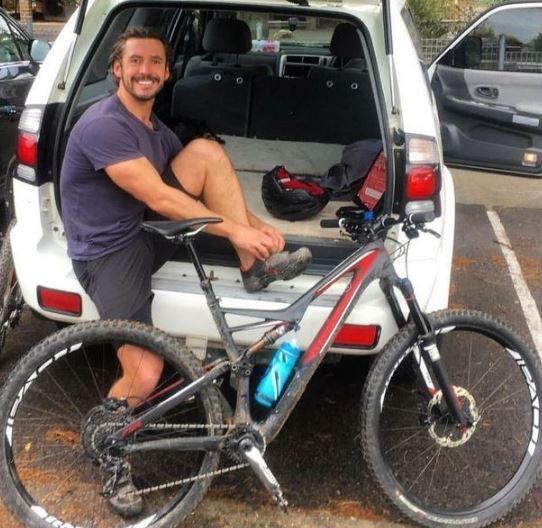 36歲的克雷爾(Gareth Clear)平常的職業是管理顧問,不過他的興趣是騎上登山自由車來場冒險。(圖擷自《鏡報》)