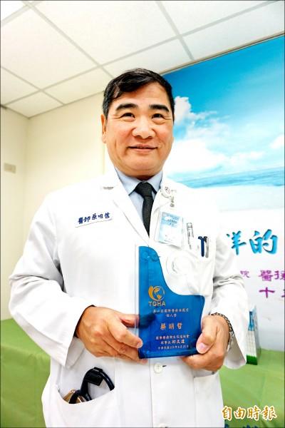 中山附醫急診部與國際醫療中心主任蔡明哲獲得第一屆國際醫療典範個人獎。(記者蔡淑媛攝)