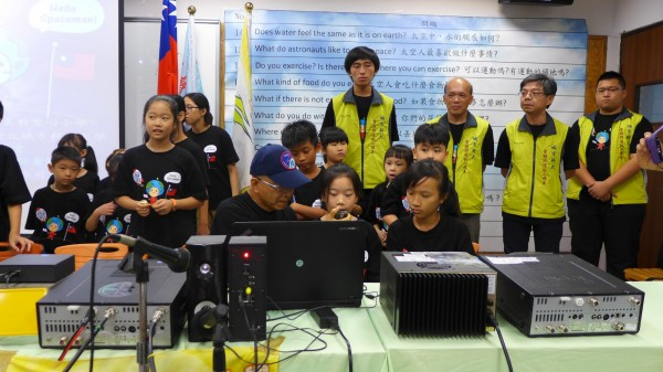 台北城市科大電通系師生通過美國NASA太空總署申請,透過衛星與接受器帶領聖心國小46位學生與太空人對話。(台北城市科大提供)