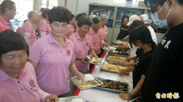 同學運用在地食材,每頓午餐都端出5菜1湯,讓社區長輩吃得眉開眼笑。(記者蘇福男攝)
