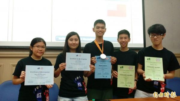 台灣首度組隊參加2016年國際語言學奧林匹亞競賽,獲得1銀、2優選獎的好成績。(記者李盈蒨攝)
