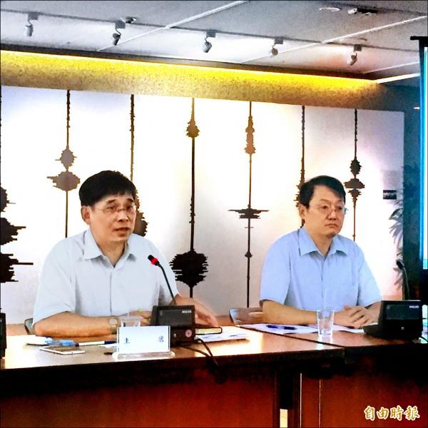 能源局主秘李君禮(左)表示,會儘快整理公聽會意見,納入修正草案中。 (記者林筑涵攝)