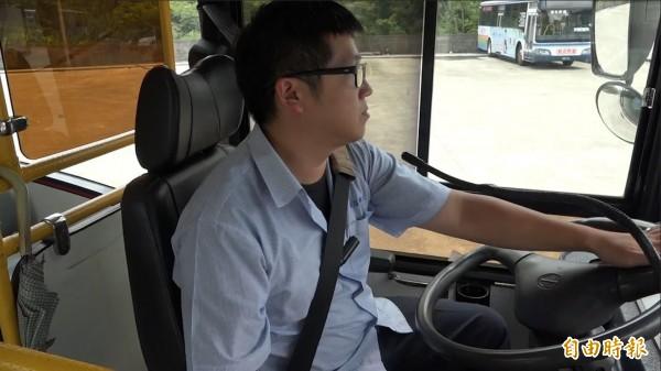 公車駕駛黃昭運會利用等紅燈時的60-90秒,主動跟搭車乘客說明基本逃生方式。(記者洪葦竹攝)