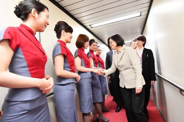 桃園市空服員職業工會在6月24日發動罷工後,近日決議將當天出勤沒參加罷工的22人從工會除名,當中包括「英翔專案」蔡英文總統專機的10名空服員。(圖擷自「蔡英文 Tsai Ing-wen」臉書)