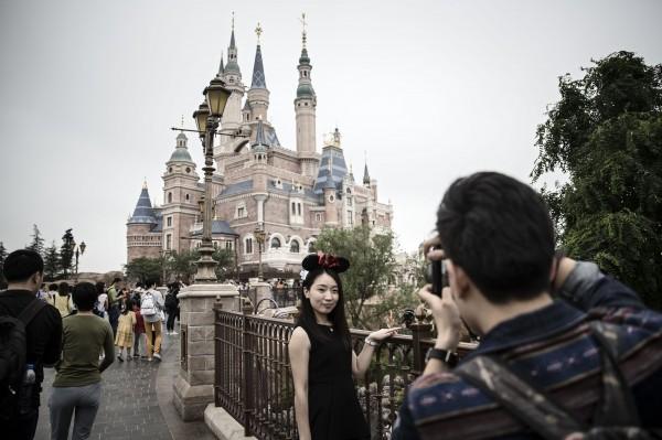 開幕才一個多月的上海迪士尼,已出現新鮮度降低、人潮退燒現象。(彭博)