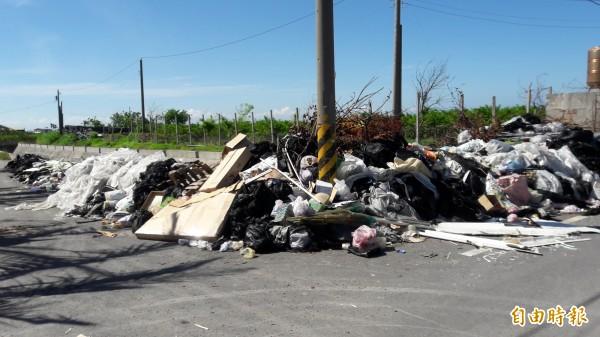 台東市郊到今天仍可見大型垃圾堆,且持續增量。(記者黃明堂攝)