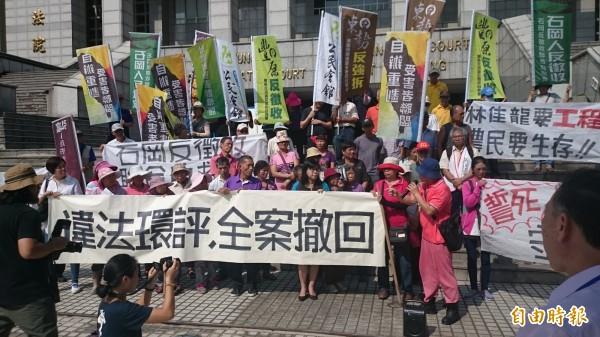 (記者楊政郡攝)東豐快速道路反迫遷自救會,上午在台中高等行政法院前舉布條抗議徵收。
