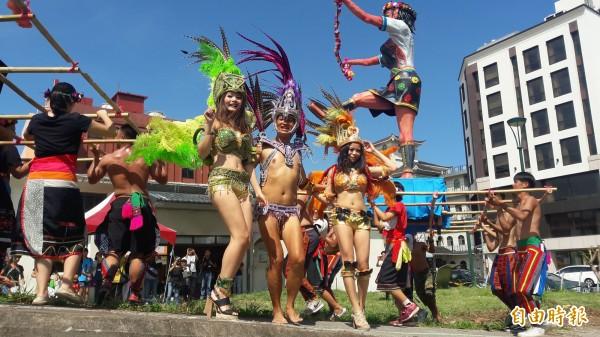 火熱的森巴舞者今天在台東鐵道村暖場,本週六下午將集結掃過受創街道,散播歡樂。(記者黃明堂攝)