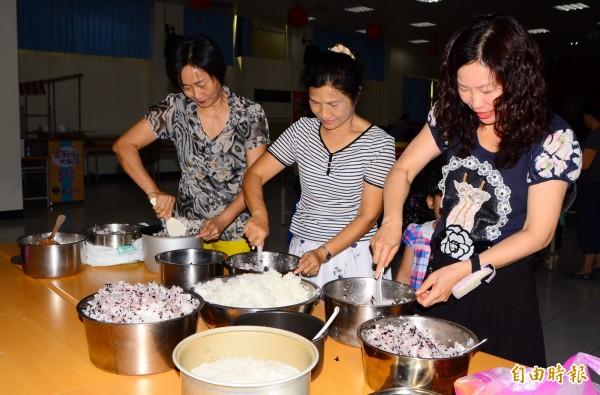 講習後進行新良食共廚活動,推廣在地收成的秈米。(記者吳俊鋒攝)