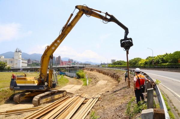 關渡橋五股端引道拓寬工程目前施工中,預計11月中可完工,疏導淡水往五股的車流。(公路總局中和工務段提供)