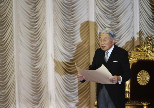 日媒在上月中旬驚爆天皇明仁有意「生前退位」,在日本社會引起不小波瀾,有日媒進行民調,指出有超過85%的民眾接受天皇「生前退位」,更有將近9成的民眾,認為天皇的公務過多了。(美聯社)