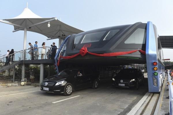 中國解決塞車最新利器「空中巴士」巴鐵一號(Transit Elevated Bus,TEB-1)試驗車3日在河北秦皇島北戴河區展開綜合測試。(美聯社)