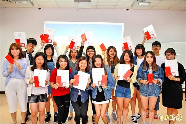 弘光科大開辦暑期英語密集班,今年47名學生多益測驗成績平均進步131.09分。(記者歐素美攝)