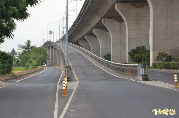 台88線8日起路面期期施工,萬丹交流道也一併施工。(記者葉永騫攝)