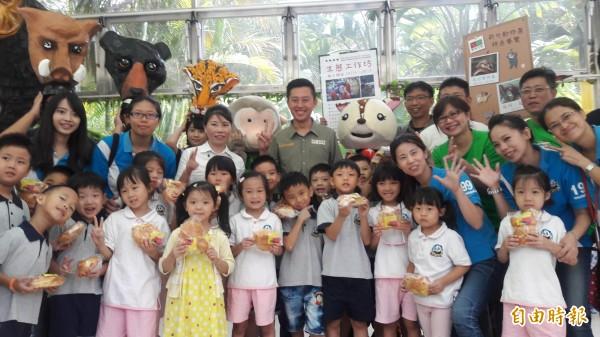 新竹市立動物園舉辦動物友好小學堂,除可採繪動物圖案,還可夜訪動物園,看看動物們的夜生活,邀請大小朋友同樂。(記者洪美秀攝)