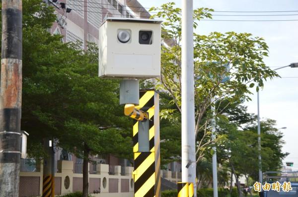 這支測速照相機很顯眼,徐婦卻辯稱她不知道有照相機,才會一再超速。(記者張瑞楨攝)