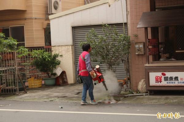 斗六市又展開全市消毒,盼減少登革熱感染機會。(記者詹士弘攝)