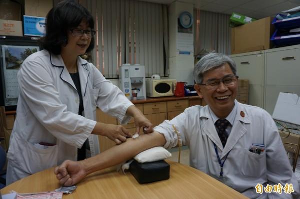 醫師歐宴泉率先抽血篩檢攝護腺癌,提醒癌篩重要性 。(記者蔡淑媛攝)