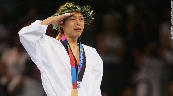 2004年台灣跆拳女將陳詩欣在雅典奧運奪金,但是場館內並未高掛台灣國旗、播放台灣國歌。(圖擷自CNN)