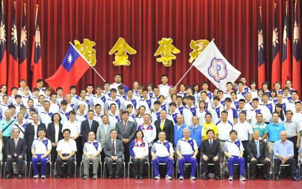 總統蔡英文上午為參加里約奧運台灣代表隊授旗,與代表隊成員合影。(記者黃志源攝)