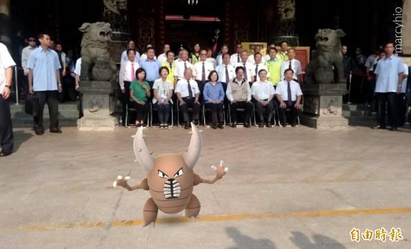 小英在台南中西區天壇參拜合照時,竟然也出現「大甲」。(記者王捷攝)