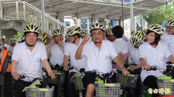 台南市公共自行車T-Bike即將上路,賴清德(左)率領市府團隊一同體驗自行車的便利性。(記者林孟婷攝)