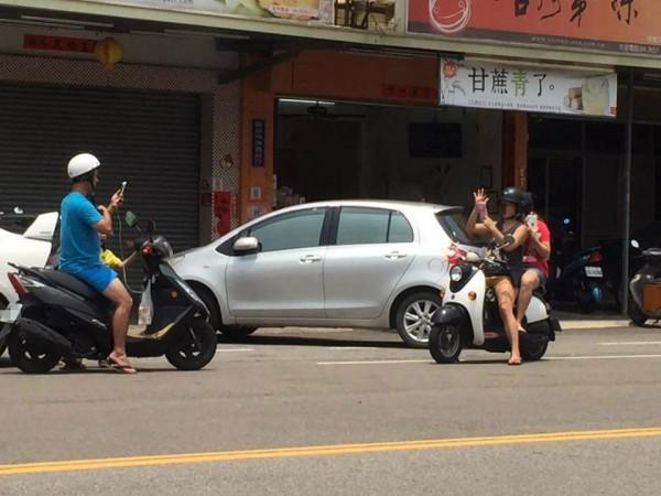 在全球爆紅的手機遊戲《精靈寶可夢GO》今日終於在台灣正式上架,但許多駕駛及用路人發現,不少玩家為了抓神奇寶貝卻罔顧交通安全,引發不少民眾反感。(圖擷自~~我愛鹿港小鎮~~臉書)