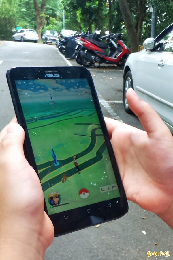 《精靈寶可夢GO》(Pokémon GO)今日在台灣開放,立刻引爆下載熱潮。(記者鹿俊為攝)