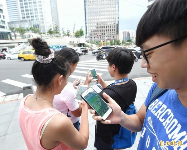 手機遊戲「精靈寶可夢GO」(Pokémon GO)6日在台正式開放,許多玩家上街頭尋找神奇寶貝。(記者方賓照攝)