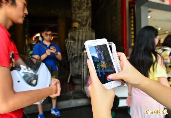 風靡全球的手機遊戲《Pokémon GO》今(6)日於台灣地區正式開通,「精靈寶可夢」隨即成為民眾的熱門話題。(記者王藝菘攝)