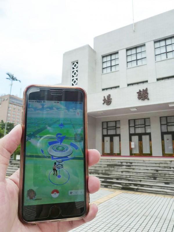 手機遊戲《精靈寶可夢GO》(Pokémon Go)今天登台,「立法院」也成為了遊戲中的「道館」之一。(中央社)