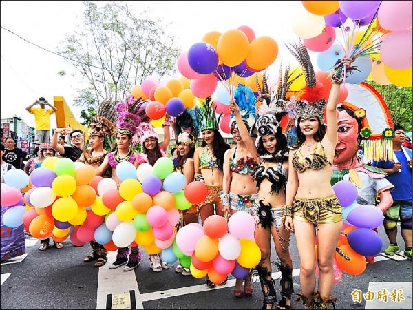 台東縣昨天下午舉辦「鼓舞踩街活動」,熱情森巴舞者鼓舞台東。(記者張存薇攝)