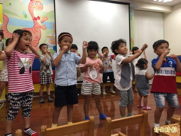 結業的小朋友唱跳展現為期十週的學習成果。(記者沈佩瑤攝)
