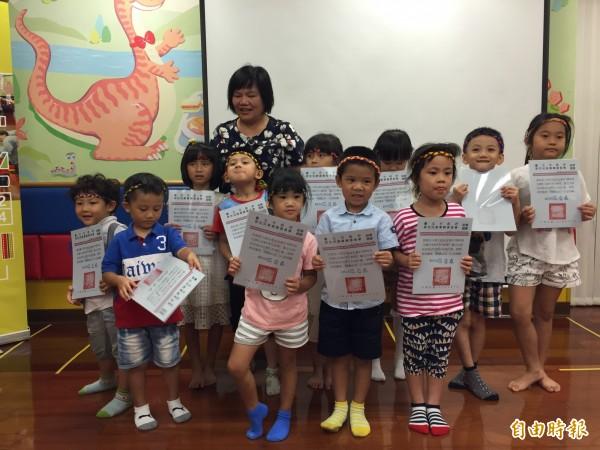 原民會主委陳秀惠頒給每一位結業的小朋友結業證書。(記者沈佩瑤攝)
