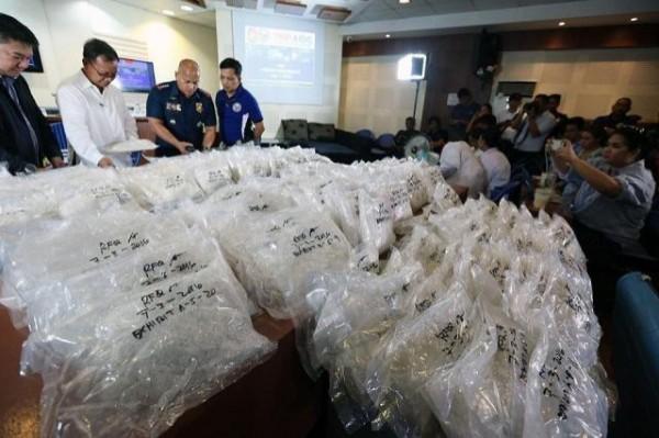 近日菲律賓緝毒組織在邦板牙省的一次攻堅行動中,查獲重達30公斤的冰毒,價值約台幣6千8百萬元。 (圖截自GMA news)