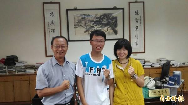 台南一中學生呂思辰(中)於師長協助輔導下,如願在指考拚上台大社會系。(記者王俊忠攝)